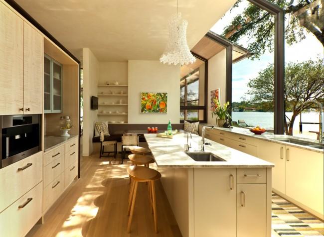 Цвет беленый дуб. Кухню загородного дома можно практически всю изготовить и отделать деревом, в том числе беленым дубом. Это в отличие от городских квартир, не будет смотреться монотонно