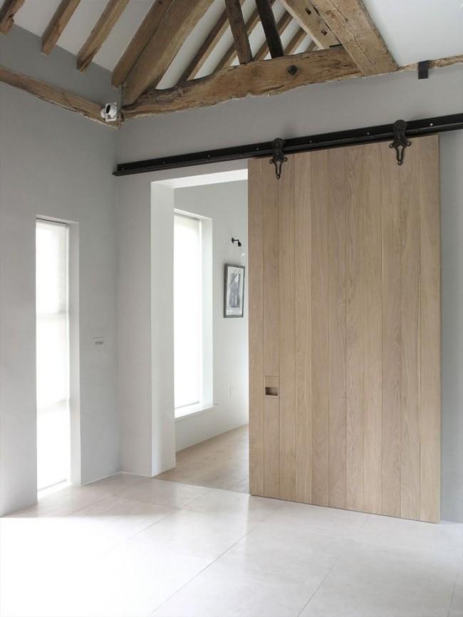 Цвет беленый дуб. Амбарная дверь из беленого дуба отлично впишется в средиземноморский или кантри-интерьер