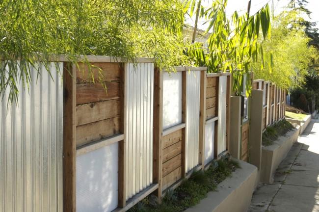 Деревянные заборы и ограждения для дома. Деревянный забор с металлическими вставками выглядит современно и долговечен в использовании: металл не даст ему потерять форму