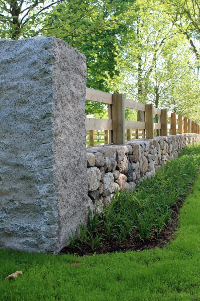 Деревянные заборы и ограждения для дома. Ранчо-заборы практически непригодны для защиты участка извне, но для разграничивания очень больших площадей подходят наилучшим образом. На небольших площадях могут удачно смотреться смешанные виды оград, например, забор в стиле ранчо, базирующийся на каменном фундаменте