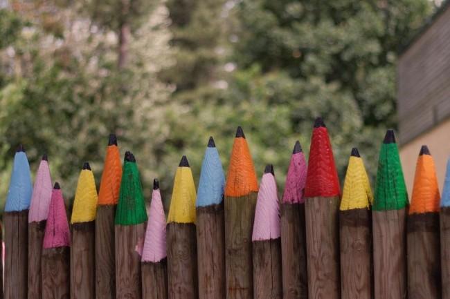 Деревянные заборы и ограждения для дома. Деревянную ограду или забор из заостренных и выкрашенных под цветные карандаши бревен оценят любители юмора в дизайне