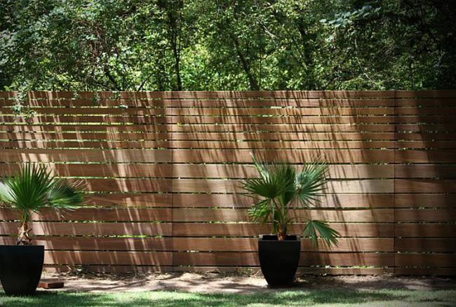 Деревянные заборы и ограждения для дома. Деревянный забор естественным образом завершает ландшафтный дизайн участка