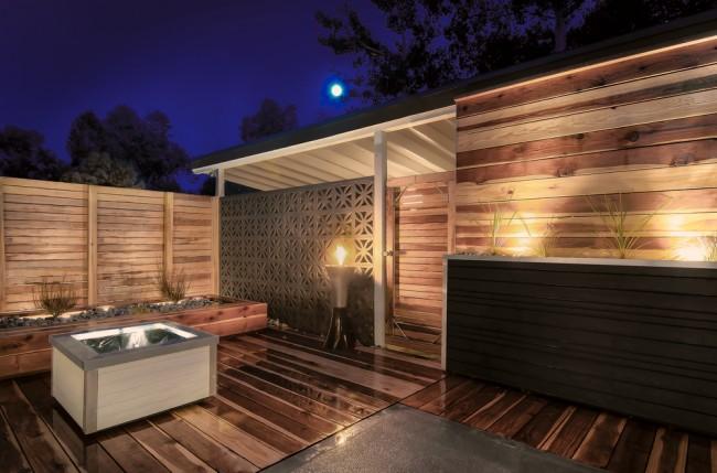 Деревянные заборы и ограждения для дома. Стоит позаботиться о качественной пропитке древесины, и устойчивости к погодным условиям деревянной ограде хватит на долгие годы