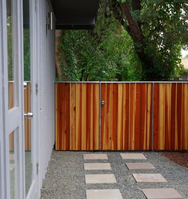 Деревянные заборы и ограждения для дома. Естественный рисунок древесины не менее красив, чем рисунок на натуральном камне или или искусственные узоры