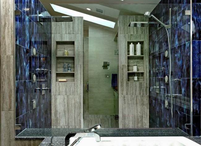 Душевые ограждения из стекла без поддона. Душевая кабина, состоящая из монолитных стенок и одной стеклянной двери с традиционным распашным механизмом
