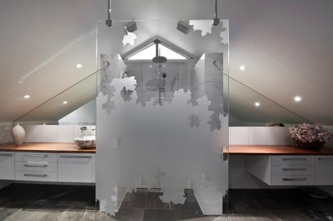 Душевые ограждения из стекла без поддона. Популярный издавна вариант - тонирование стекол душевого ограждения не на весь человеческий рост, для обеспечения видимости в две стороны
