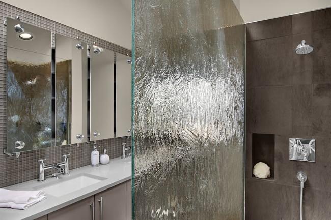 Душевые ограждения из стекла без поддона. Объемный рисунок стекла душевой шторки может повторять и подчеркивать рисунок натурального камня или плитки, имитирующей камень