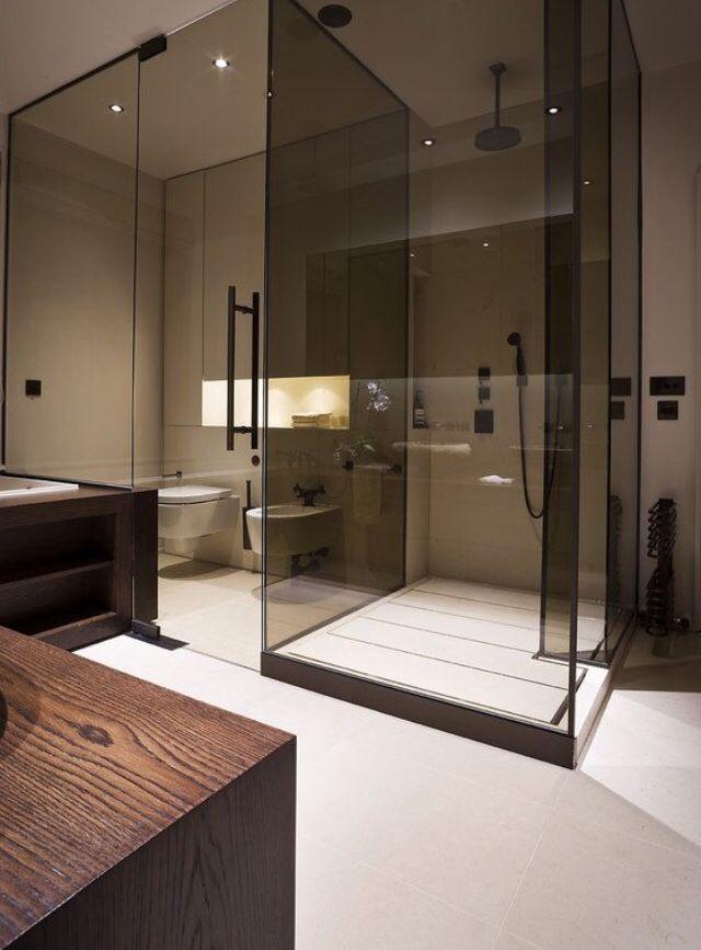 Отлично смотрится дымчатое стекло перегородок в ванной комнате, отделанной в натуральных тонах