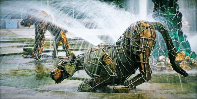 Авангардный фонтан из габионных скульптурных сооружений
