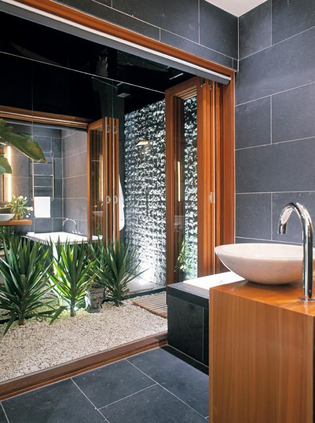 Габионные стены органично вписываются в остальную композицию из натурального камня или гальки