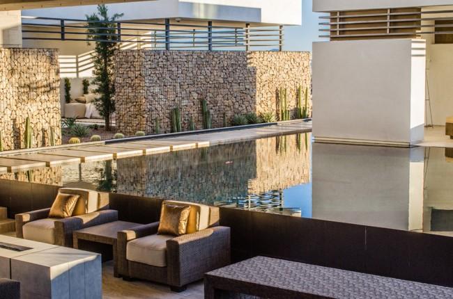 Сетчато-каменные конструкции отлично смотрятся возле водоемов и бассейнов