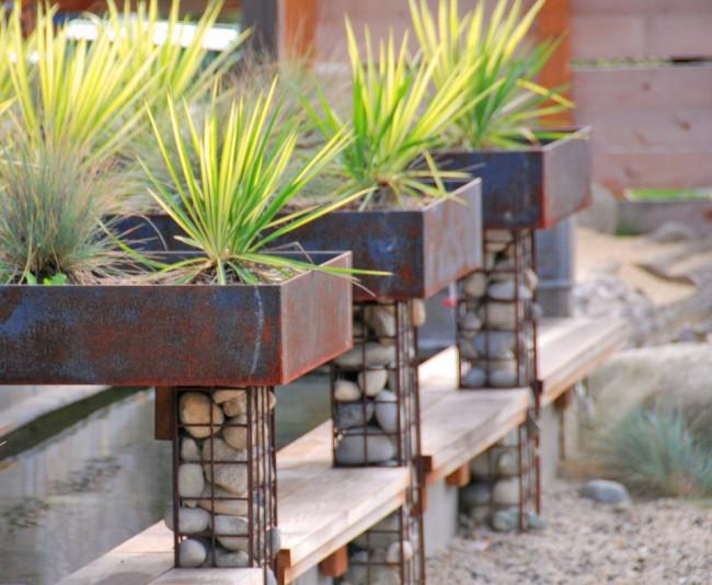 Сочетание ржавой листовой стали и металлических сеток габионов составило целый жанр в ландшафтном дизайне