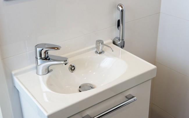 Гигиенический душ для унитаза со смесителем. Раковины для установки в отдельный блок санузла отличаются небольшими габаритами