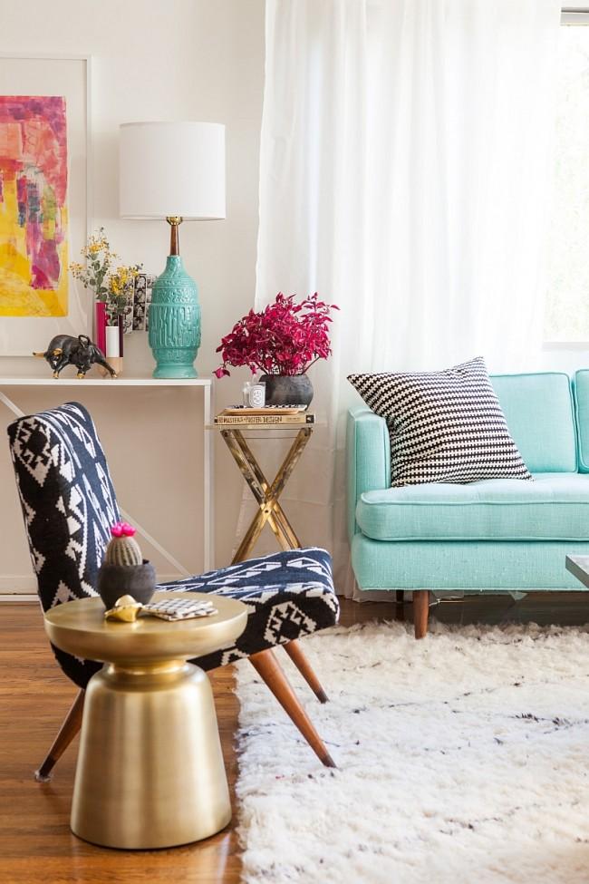 Одно из главных правил 2015 года в оформлении интерьера гостиной - сочетание самых разных цветов, узоров, фактур, не ограничиваясь рамками готовых гарнитуров мебели
