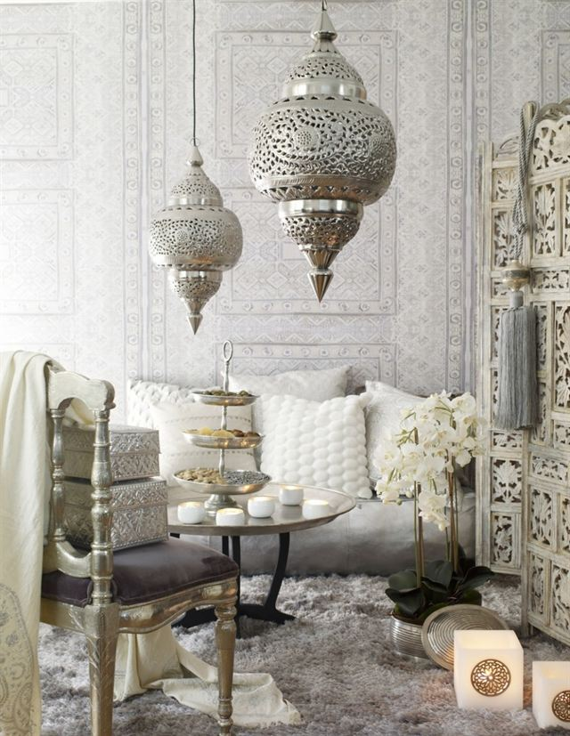 Мягкая мебель для зала. Гостиный уголок в марокканском стиле, но в нехарактерных для этого стиля цветах - слоновая кость и белый, практически монохромный