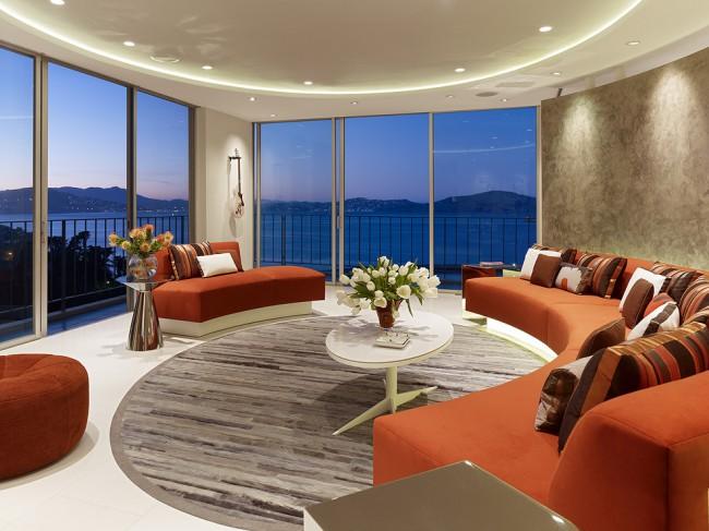Композицию из радиально расположенной мебели можно подчеркнуть множеством вещей - круглой формой светильников, зонированием такого уголка для бесед и чаепития с помощью штор из бусин и т.д.
