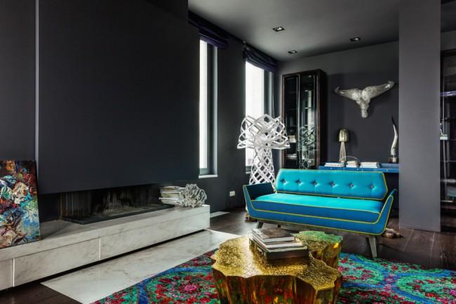 """Мягкая мебель для зала. Цвет """"electric blue"""" в обивке дивана, выбранного одним из акцентов гостиной"""