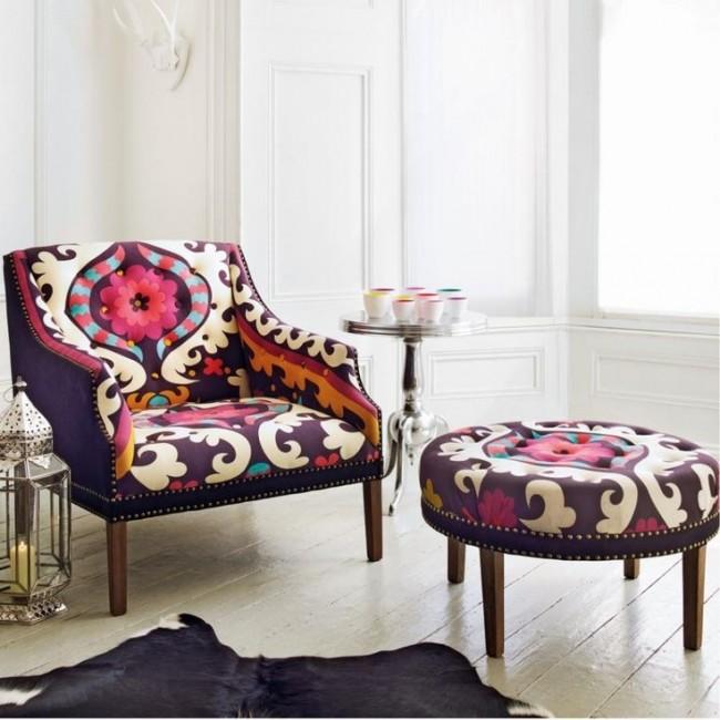 Мягкая мебель для зала. Яркие кресла и пуфы - неизменные составляющие эклектичного интерьера гостиной