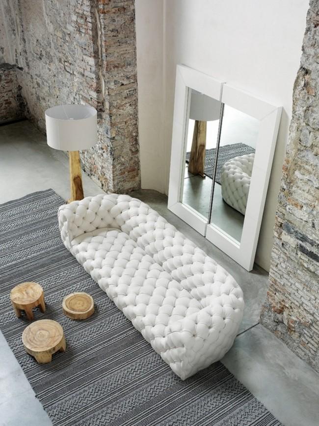 Мягкая мебель для зала. Эффектное сочетание белоснежной ткани, голого кирпича и дерева
