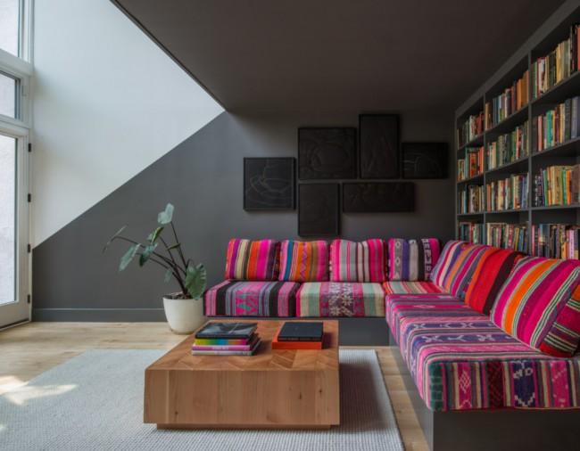 Мягкая мебедь для зала. Строгие фоновые тона отделки и яркие этнические мотивы в мягкой мебели