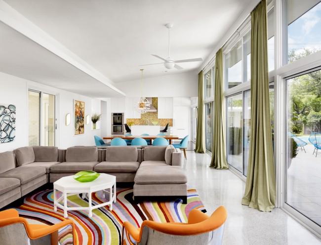 Ковры в интерьере гостиной. Коврами различных расцветок и материалов можно зонировать большую гостиную-столовую