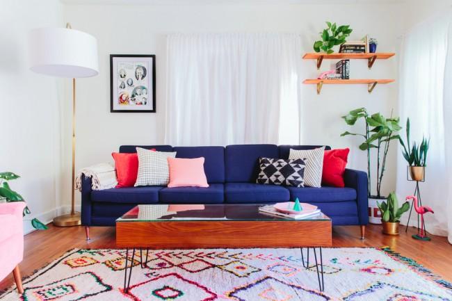 Ковры в интерьере гостиной. Фабричное производство ковров из искусственных материалов располагает сколько угодно большим выбором красителей, в том числе неоновых