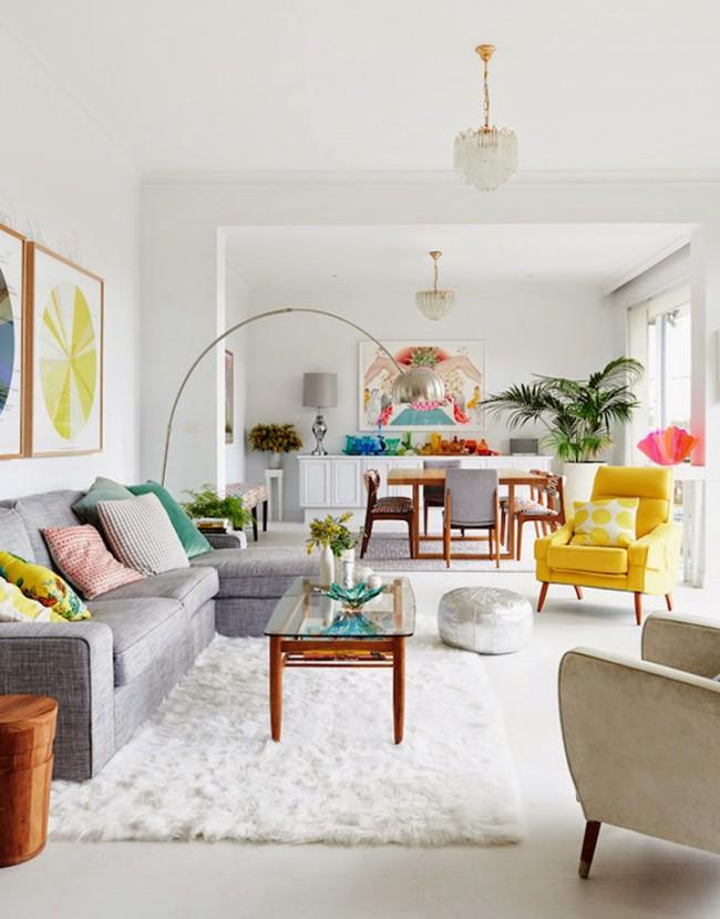 Однотонный пушистый белый ковер в яркой солнечной гостиной