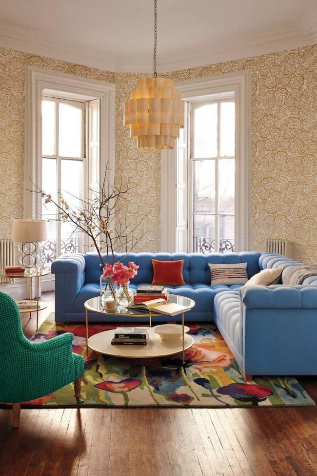 Ковры в интерьере гостиной. Необычно в гостиной, оформленной в нейтральных тонах, смотрится центральная композиция из мебели и ковра разных ярких цветов