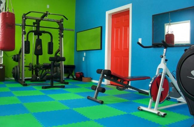 Мягкий пол для детских комнат. Домашний спортзал может быть оформлен ярко, в этом случае однотонные яркие ЭВА-плитки, подходящие для детской комнаты, будут смотреться уместно и там