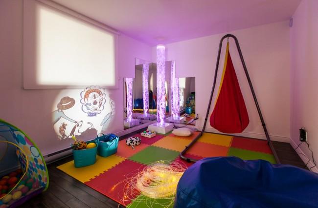 Мягкий пол для детских комнат. Края ЭВА-коврика делают прямыми с помощью узких замыкающих планок цвета, совпадающего с цветом крайней плитки