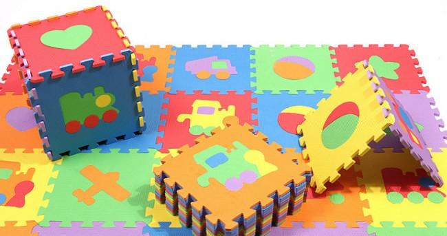 Мягкий пол для детских комнат. Замки краев плиток достаточно жесткие, чтобы из них можно было делать также и игрушки: большие кубы, вигвамы и домики