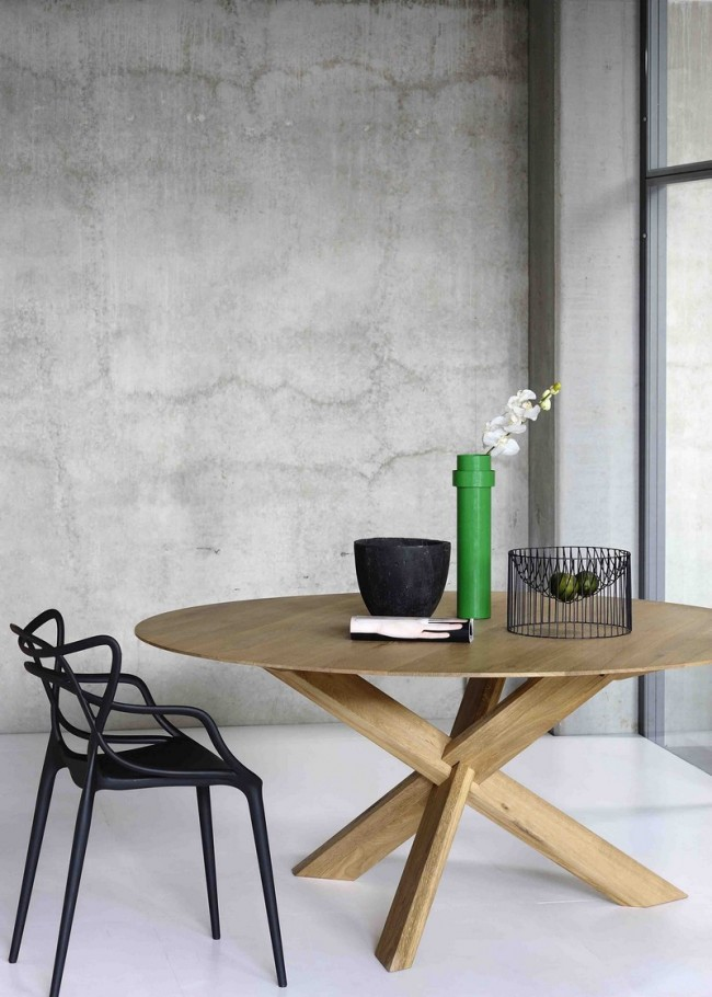Обеденные столы. Подчеркнутая лаконичность в современном дизайне деревянного обеденного стола на треноге
