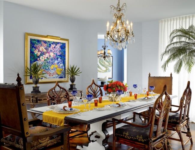 Обеденные столы. Самый популярный и универсальный вариант: стол на 6 персон. Если стол самодостаточно декорирован, лучше предпочесть раннер обычной скатерти