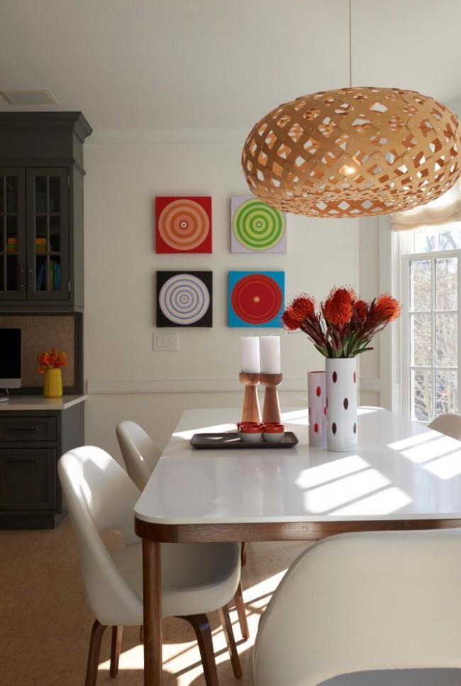 Обеденные столы. Современное сочетание материалов: белая глянцевая столешница на фактурной деревянной основе
