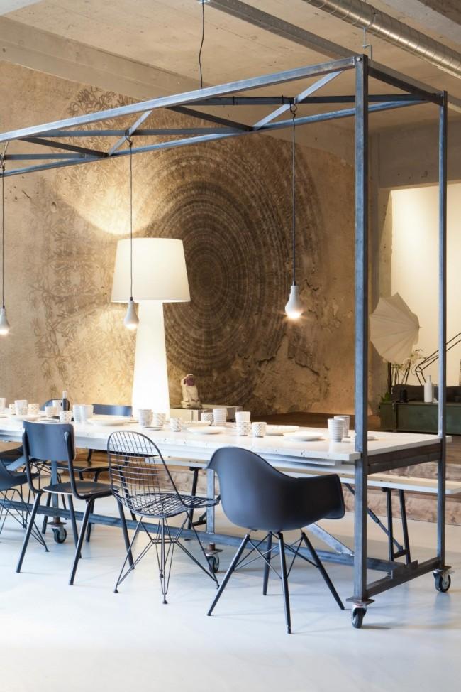 Обеденные столы. Сварная конструкция большого обеденного стола в индустриальном стиле на колесиках и с импровизированной рейлинговой системой, на которую можно крепить осветительные приборы либо просто вешать кухонную утварь