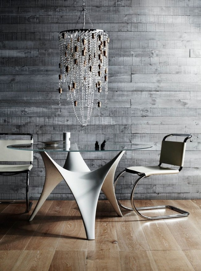 Обеденные столы. Стеклянный обеденный стол на три человека с бетонным скульптурным сводчатым основанием