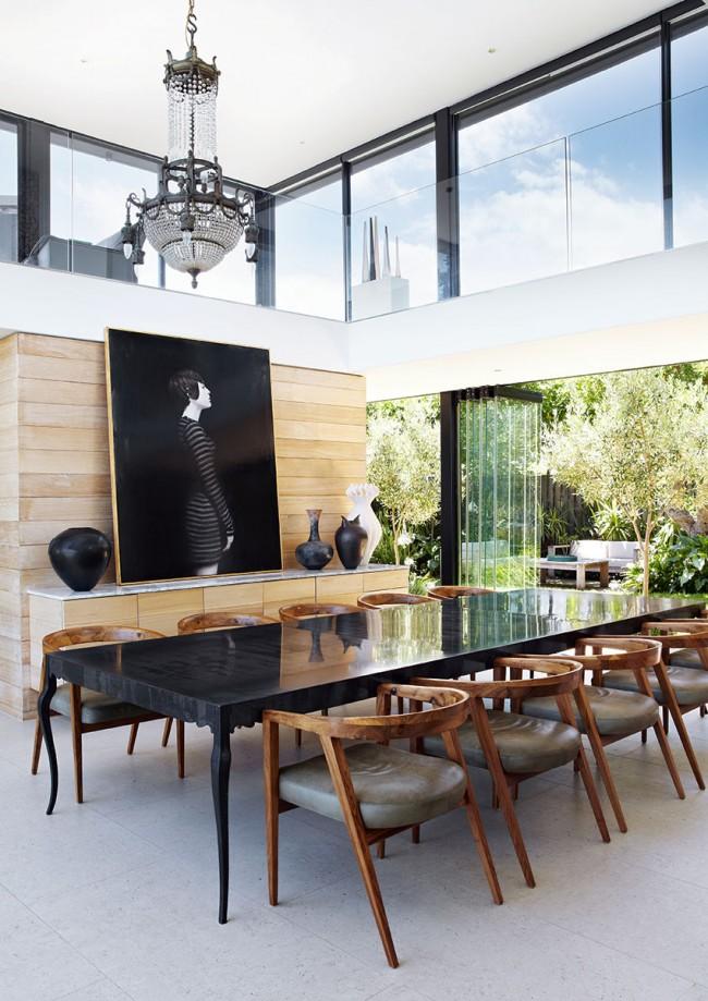 Обеденные столы. В столовой комнате загородного дома можно разместить массивный стол из натурального камня или его имитации для большого количества гостей