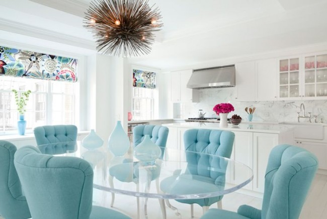 Обеденные столы. Стеклянный стол с плавными очертаниями придаст интерьеру столовой комнаты легкость и воздушность