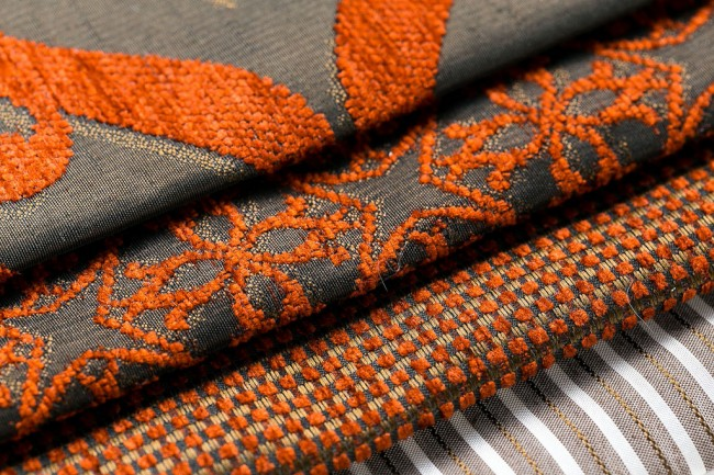 Отпариватель для одежды. Плотная ткань для штор довольно часто имеет объемный рисунок или узор из ворса. Единственный способ придать безупречный вид таким шторам - это отпаривание. Мощный поток пара заставит ворс распрямиться и распушиться, тогда как самостоятельное высыхание или глажка утюгом не дадут такого эффекта
