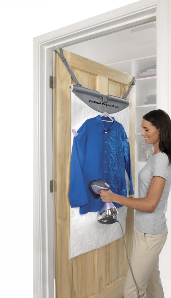 Отпариватель для одежды. Из дополнительных аксессуаров для вертикального отпаривания можно купить и подложку на дверь гардеробной или домашней прачечной. Она не даст испортиться материалу двери и избавит вас от обжигания паром рук