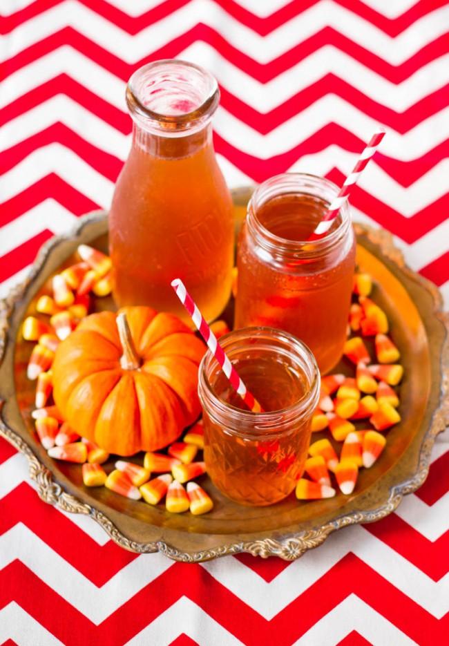 Сервировка стола в домашних условиях. Осенний декор чайного стола часто делают из лакомств: мед, сиропы, морс, маленькие тыквы и другое
