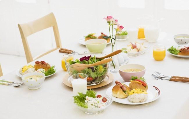 Сервировка стола в домашних условиях. Сервировка стола к завтраку: простая стеклянная посуда, деревянные приборы и белоснежная скатерть. Свежие цветы всегда к месту, стол к завтраку можно украсить ими в небольшом количестве
