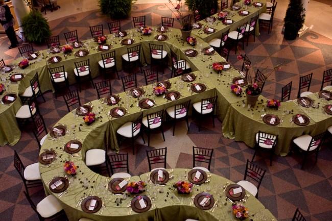 Сервировка стола в домашних условиях. Расставляют комплекты приборов для гостей обычно друг напротив друга на расстоянии около 60 см, или подбирают способ рассадить гостей индивидуально в случае сложных конфигураций длинных и больших столов