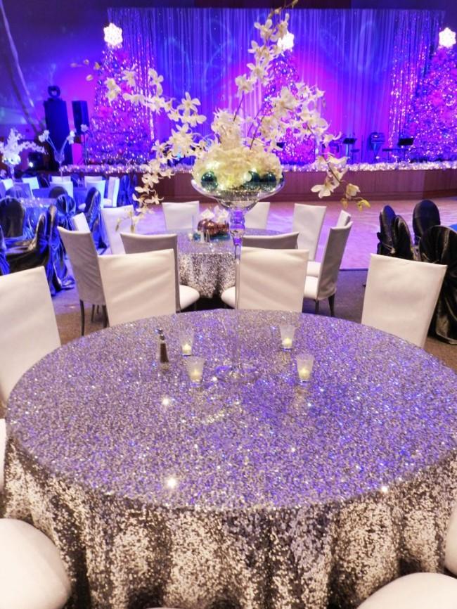 Сервировка стола в домашних условиях. Свадьба допускает выбор самых вычурных скатертей. Но они должны быть одинаковыми ля всех (исключение можно сделать для стола новобрачных), а в длину - достигать пола