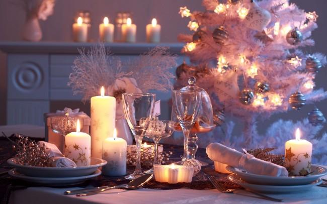 Сервировка стола в домашних условиях. Новый год, Рождество - праздники, на которые собирают застолья вечером. Для их оформления можно использовать диодную иллюминацию, как на столе, так и в остальном помещении
