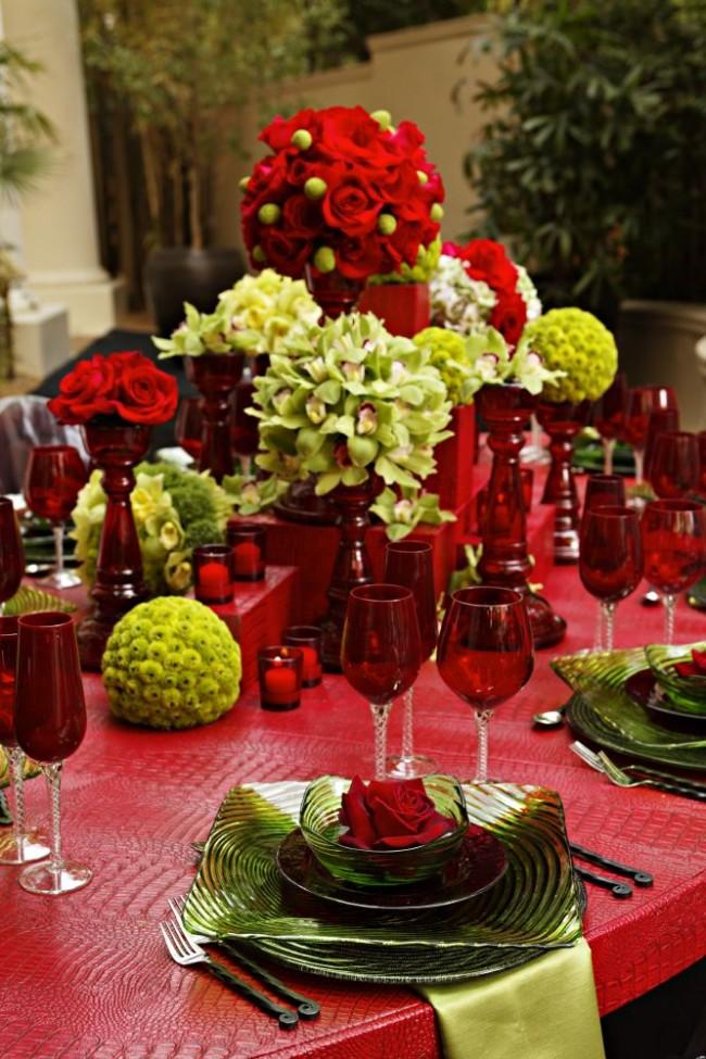 Сервировка стола в домашних условиях. Скатерть, посуда и столовые приборы могут сами по себе выступать предметом декора стола, а цветочные композиции - дополнять их