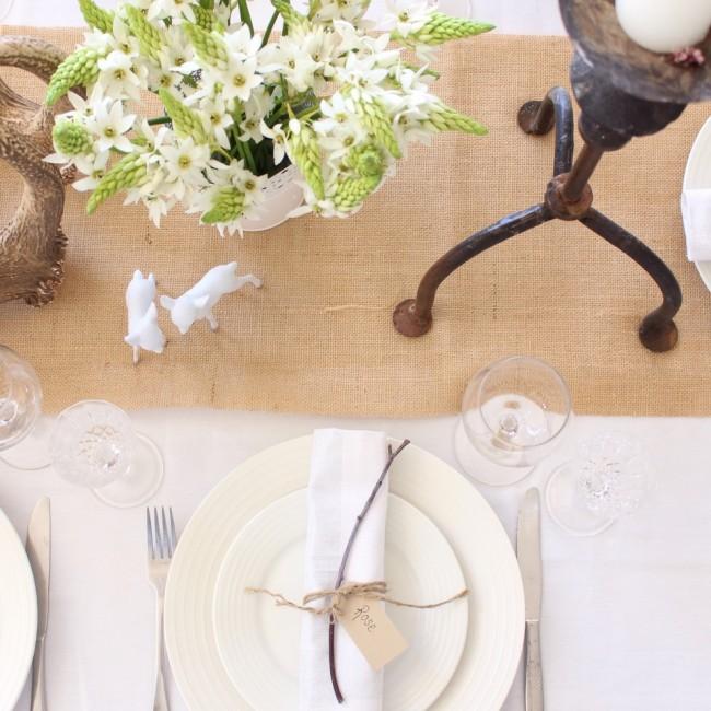 Сервировка стола в домашних условиях. Декор стола лучше всего визуально объединяется с помощью раннера (узкая полоса ткани вдоль стола, вместо традиционной скатерти)