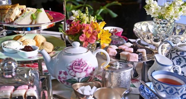 Сервировка стола в домашних условиях. Садовая чайная вечеринка предполагает сервировку только десертными принадлежностями и небольшими тарелочками. Пирожные выкладывают в общие вазы