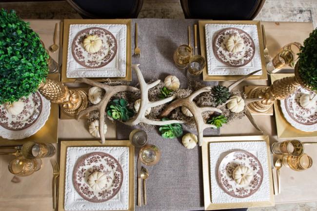 Сервировка стола в домашних условиях. По-королевски декорированный природными материалами обеденный стол с золочеными приборами