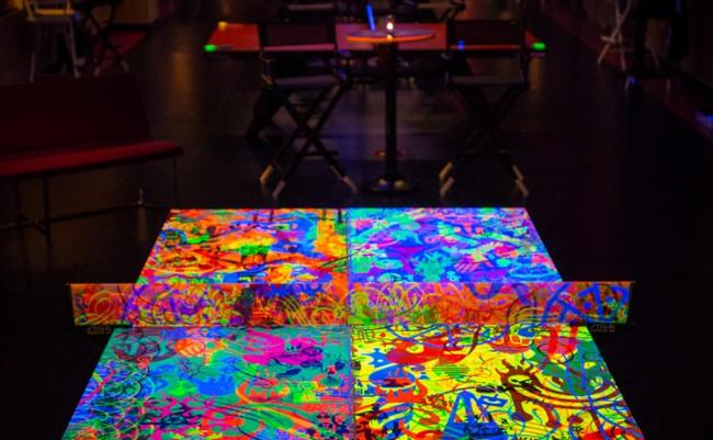 Теннисный стол с неоновым рисунком